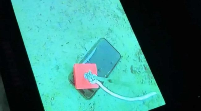 水中の携帯を拾う